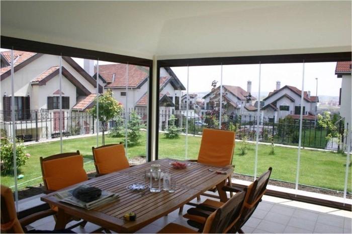 veranda-wintergarten-mit-sicht-auf-hinterhof-grosser-tisch-aus-hozl