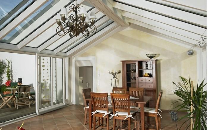 veranda-winteraerten-wohnraeume-eingerichtet-mit-holz-tisch-und-bestuhlung