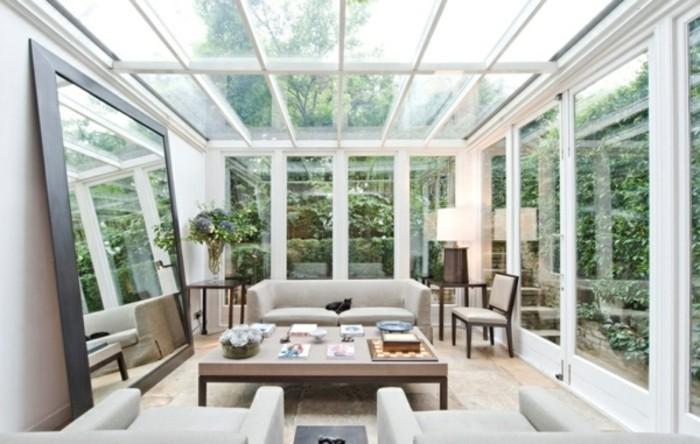 wintergarten-veranda-einrichten-mit-grossem-spiegel-und-sitzgarnitur