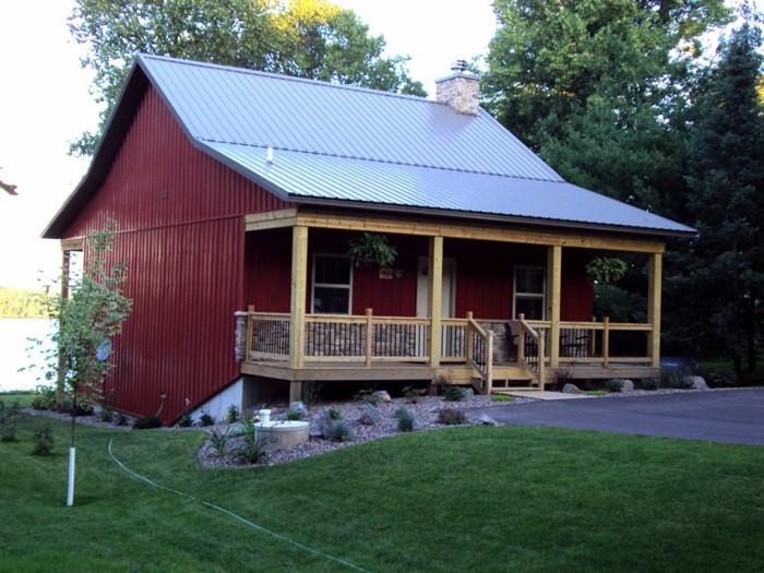 amerikanische-holzhäuser-farbig-lackiert-mit-veranda