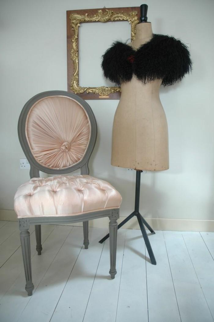ankleidezimmer-planen-schaufensterpuppe-probieren-wie-die-kleider-stehen-wuerden-kombinationen-stuhl