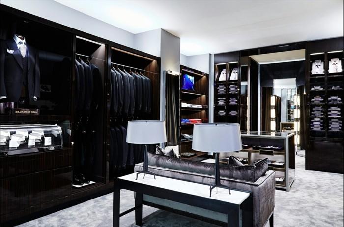 ankleidezimmer-planen-sofa-lampe-schraenke-anhaenger-und-staender-fuer-anzug-blauer-anzug-schwarzer-anzug