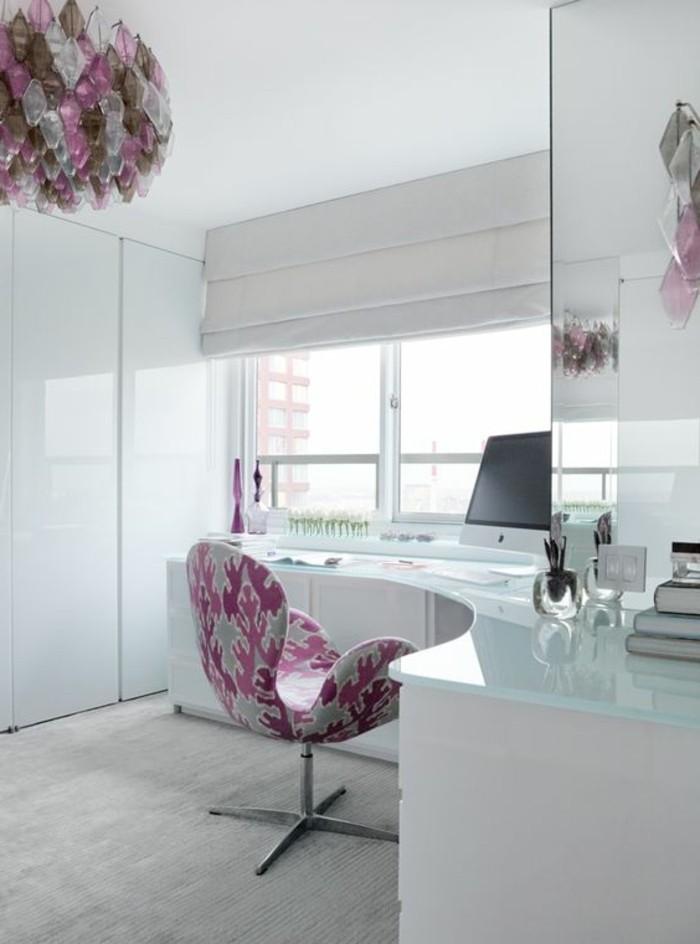 arbeitszimmer-einrichten-in-weiss-und-rosa-stuhl-schreibtisch-glas-fenster-schrank-buecher