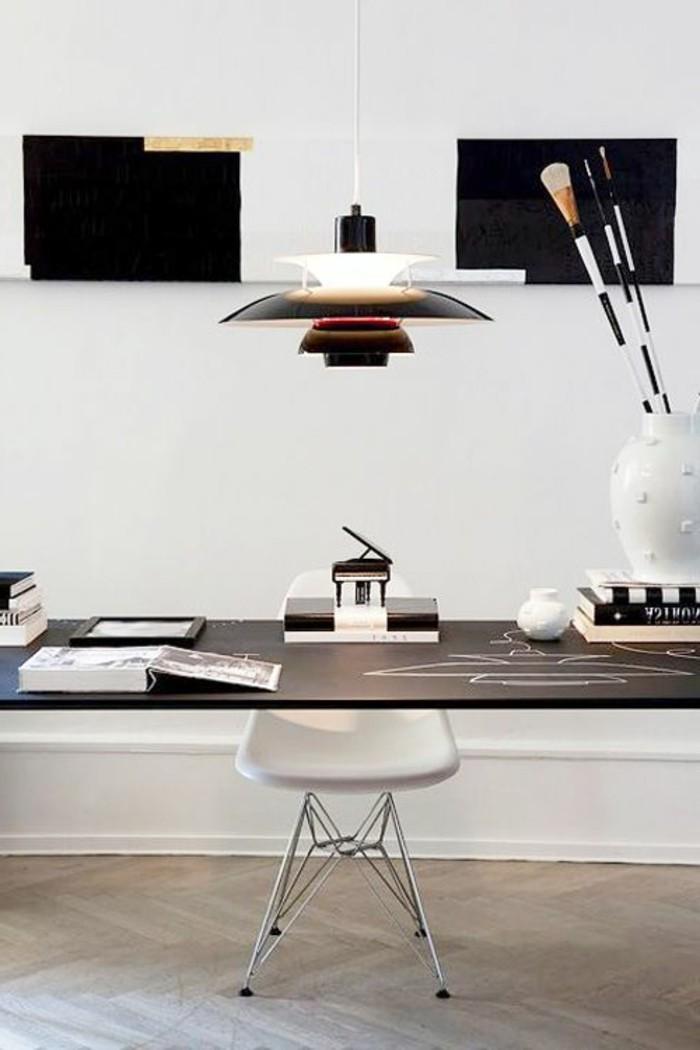 arbeitszimmer-einrichten-lampe-grosser-schreibtisch-weisser-stuhl-buecher-weisse-vase