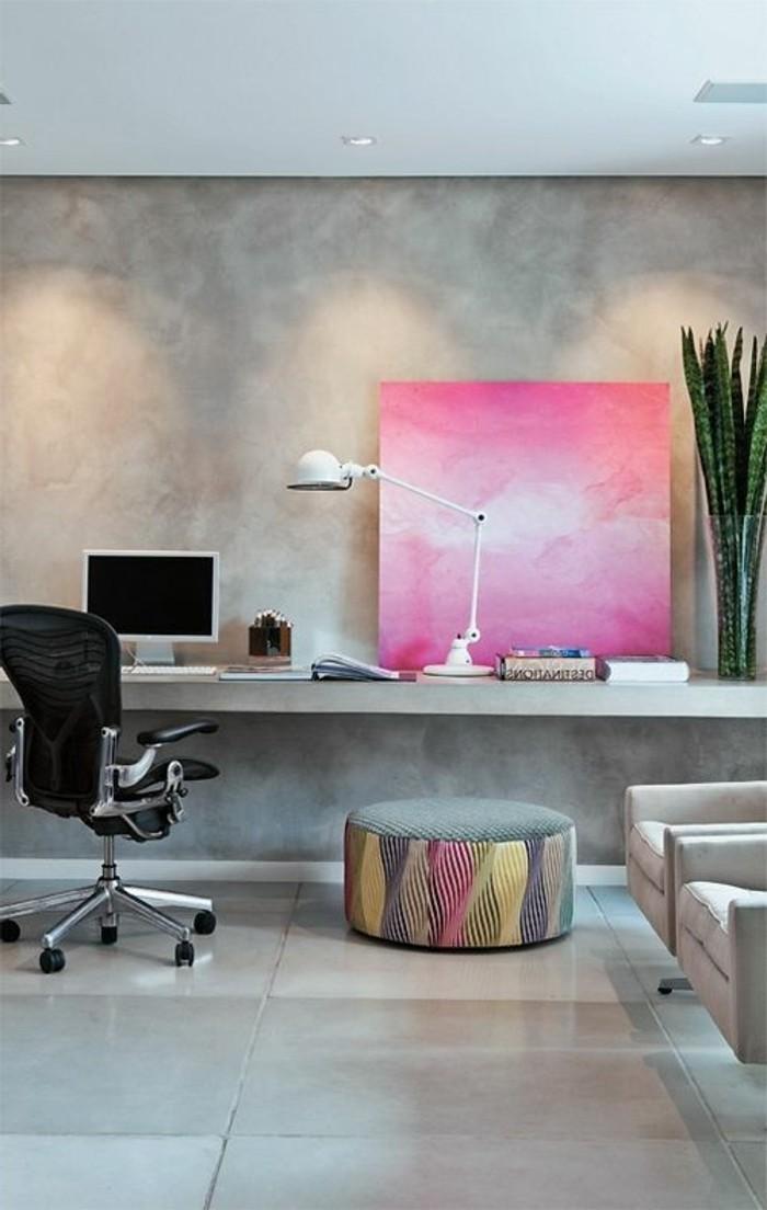 arbeitszimmer-einrichten-schwarzer-stuhl-gruene-pflanze-bild-lampe-computer-hocker