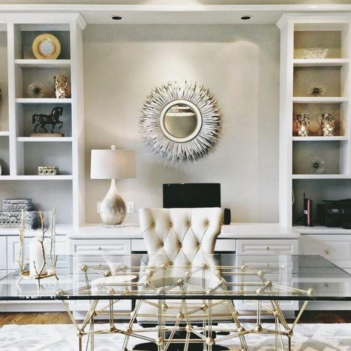 arbeitszimmer-einrichten-sonnenspiegel-weisser-stuhl-schreibtisch-aus-glas-mit-goldenen-beinen-stehlampe-schrank