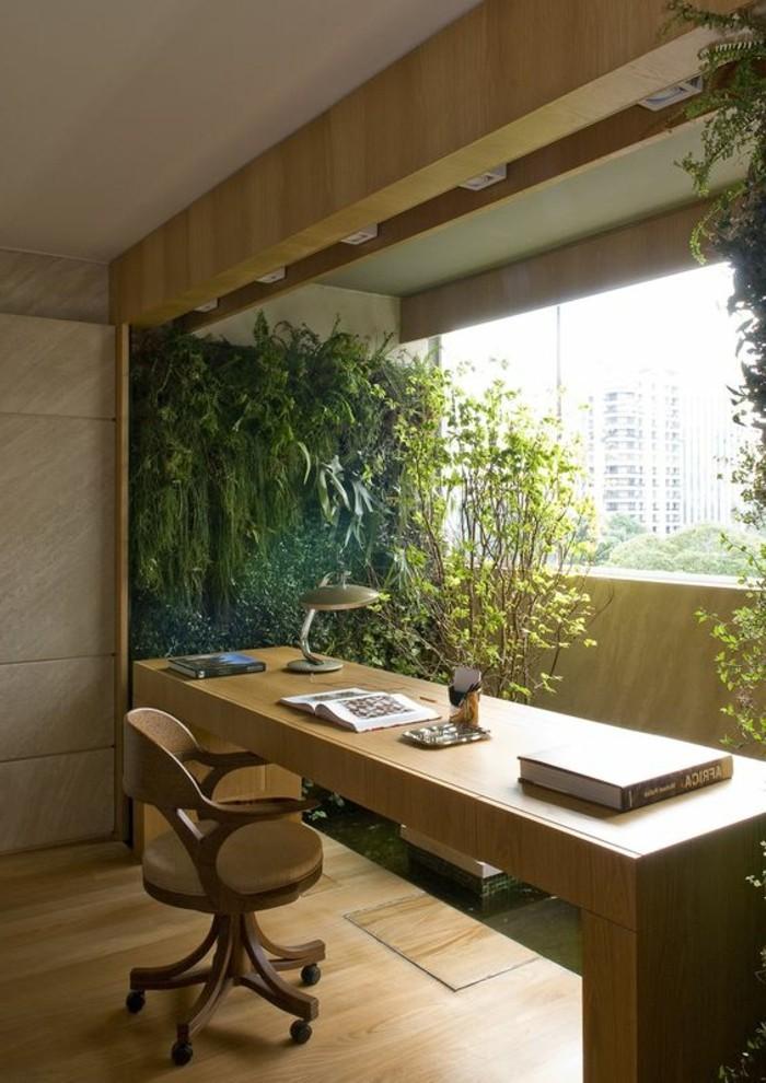 arbeitszimmer-einrichten-viele-gruene-pflanzen-tisch-aus-holz-stuhl-buecher-stehlampe