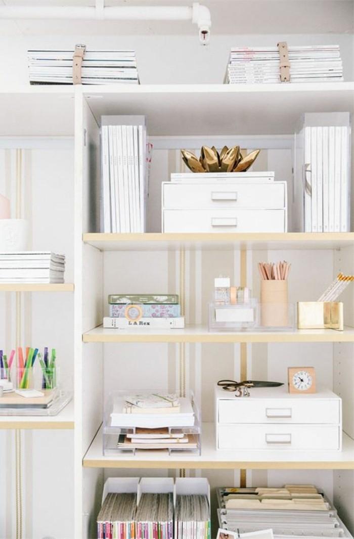 arbeitszimmer-einrichten-weisser-schrank-regale-buecher-accessoires-stiftenhalter-bleistifte