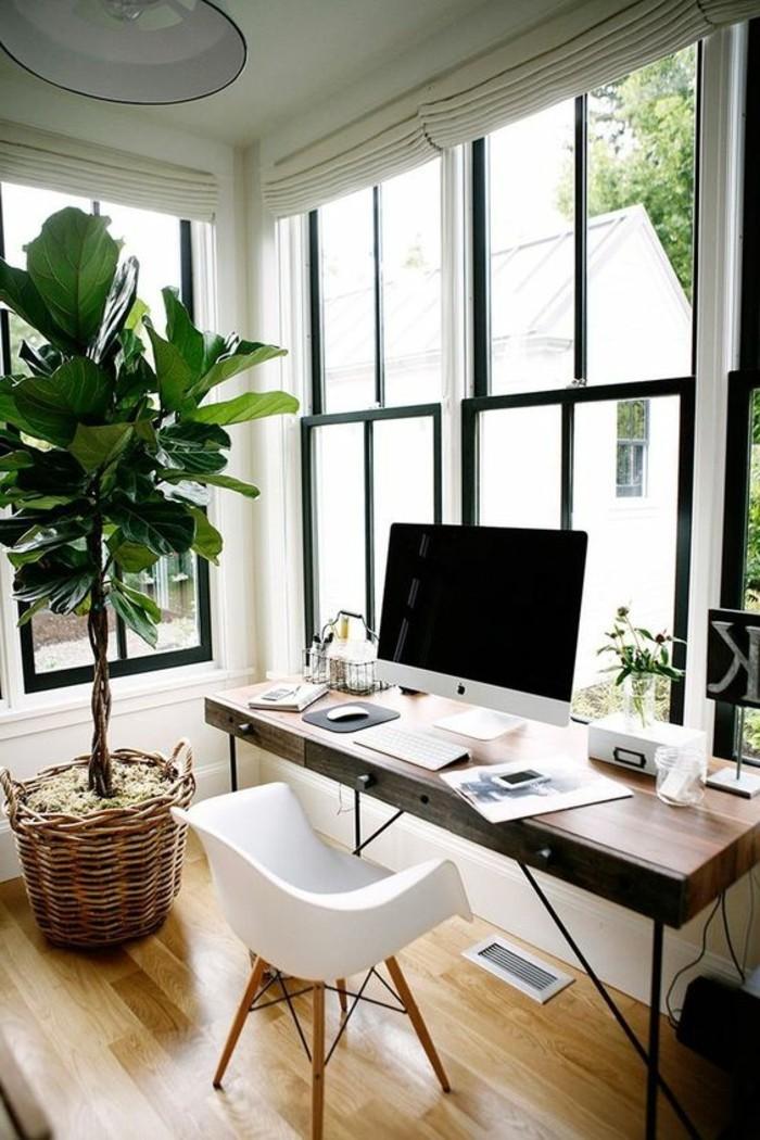 arbeitszimmer-gestalten-gosser-pflanze-weisser-stuhl-fenster-schreibtisch-hoelzerner-boden
