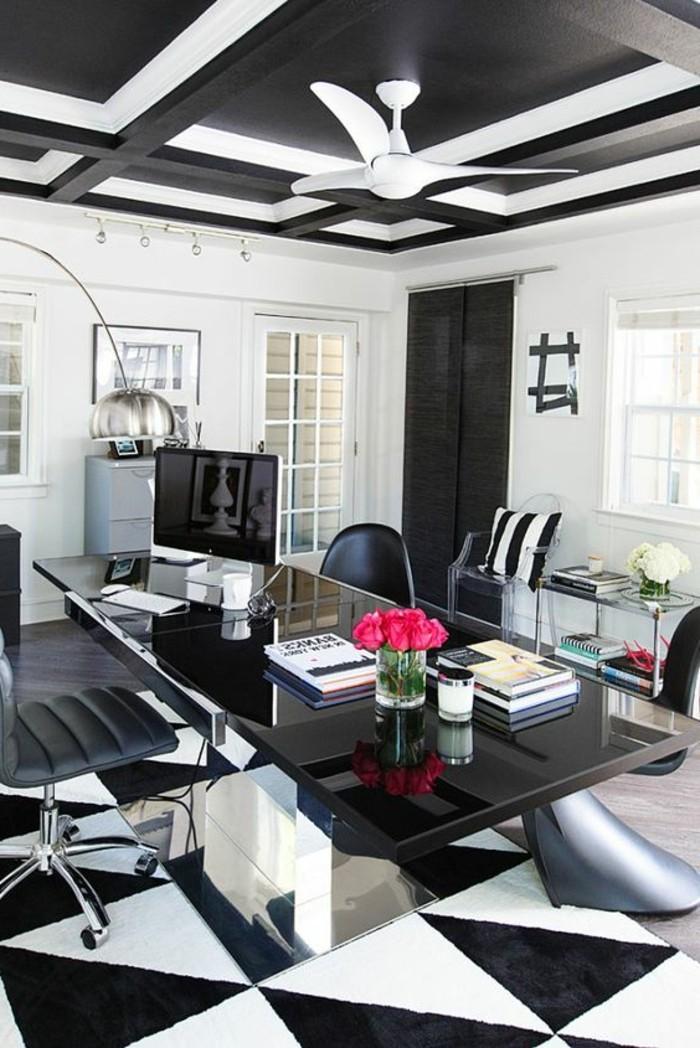 arbeitszimmer-gestalten-in-schwarz-und-weiss-rosa-blumen-grosser-schreibtisch-schwarzer-stuhl