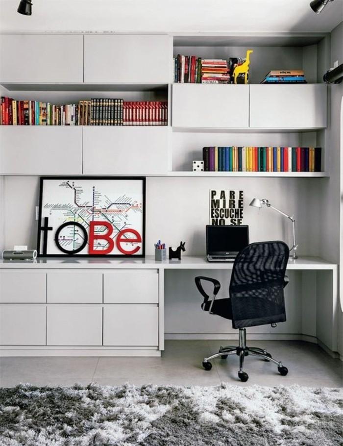 arbeitszimmer-gestalten-schwarzer-stuhl-weisser-schrank-teppich-buecher-laptop