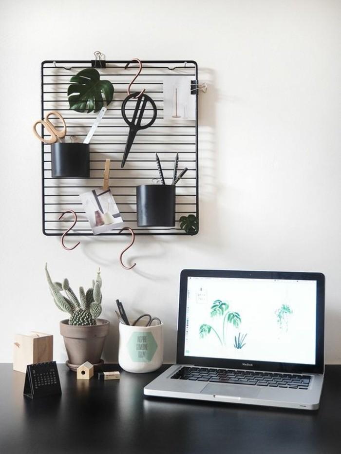 arbeitszimmer-ideen-laptop-schwarzer-schreibtisch-pflanze-schere-stifthalter-blaetter-bleistifte