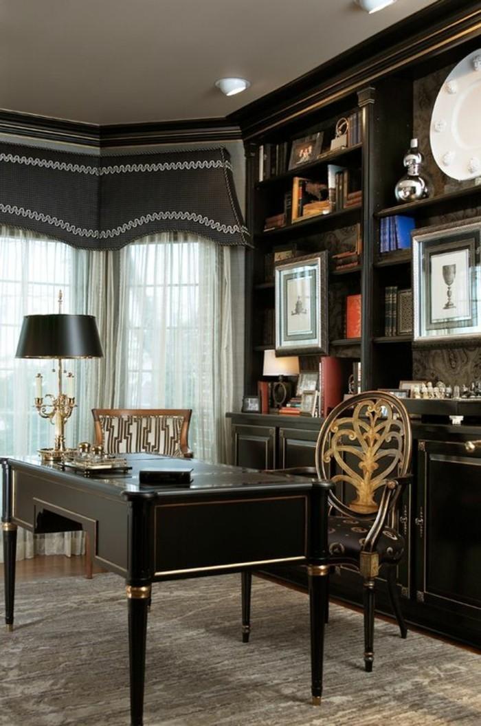 arbeitszimmer-ideen-schwarzer-schraibtisch-mit-goldenen-elementen-fenster-stehlampe-schrank-buecher