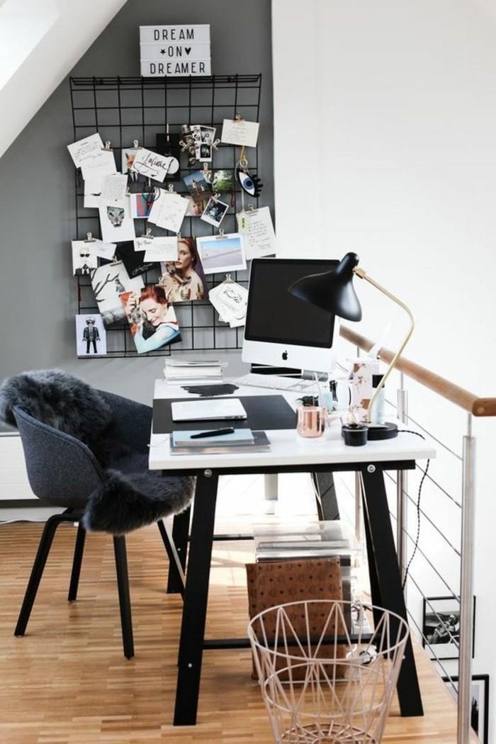 arbeitszimmer-ideen-schwarzer-stuhl-bilder-fotos-tischlampe-heft-bleistift-muelleimer
