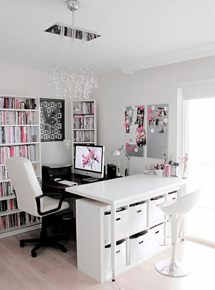 arbeitszimmer-ideen-stuhl-kronleuchter-viele-buecher-fester-computer-tischlampe-stifthalter