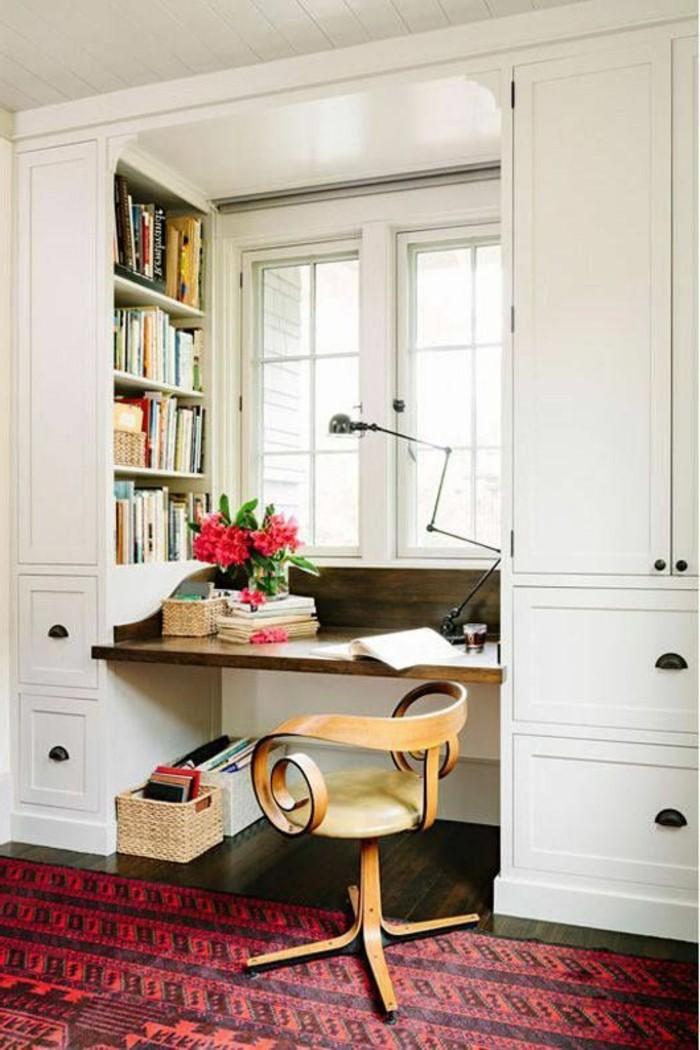 arbeitszimmer-ideen-weisser-schrank-viele-buecher-blumen-stuhl-teppich-fenster-lampe