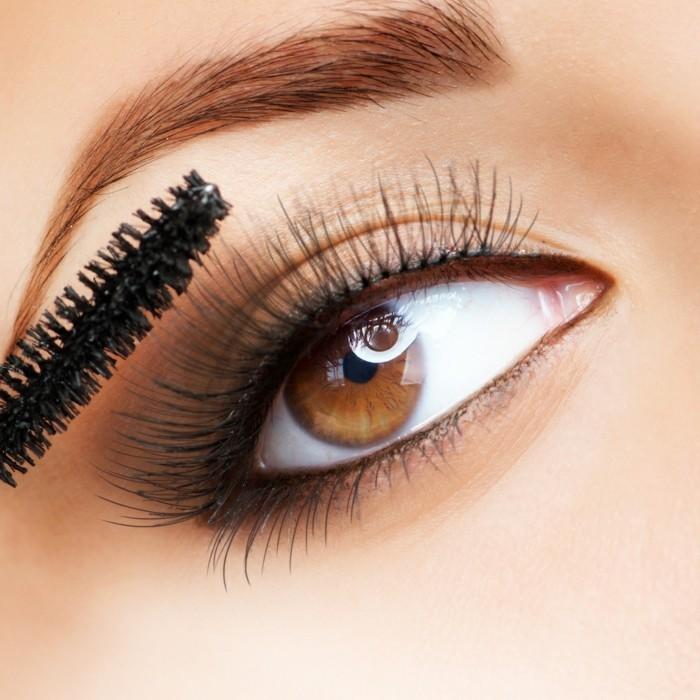 augen-richtig-schminken-mascara-auftragen-cateye-braune-augen-augenbrauen