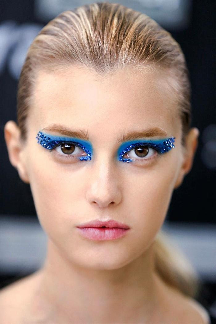 augen-schminken-ausgefallene-farben-beim-make-up-exotischer-look-blonde-frau