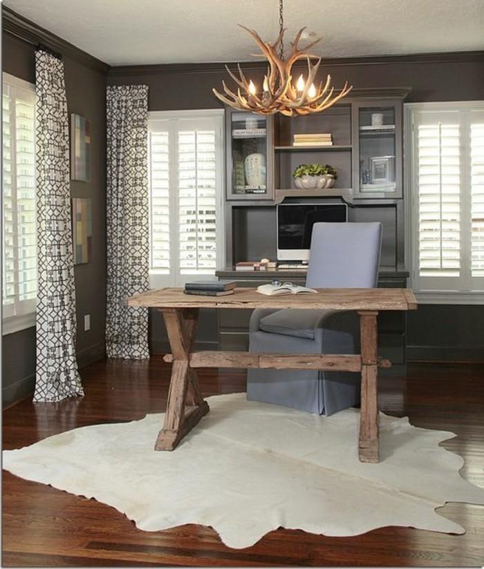 buero-einrichtungsideen-kronleuchter-teppich-schreibtisch-aus-holz-grauer-stuhl