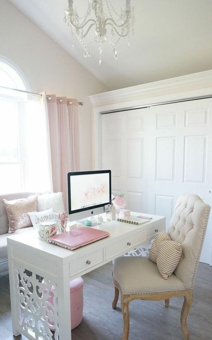 buero-einrichtungsideen-kronleuchter-weisser-schreibtisch-rosa-lamptop-sofa-kissen-heft