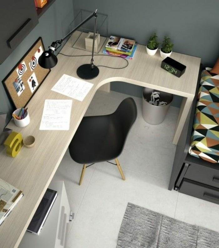 buero-einrichtungsideen-schwarzer-stuhl-grosser-schreibtisch-fliesen-pflanzen-computer-bleistifte