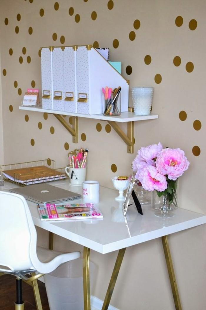 buero-einrichtungsideen-wandsticker-bleistifte-rosa-blumen-tassen-hefte-weisser-stuhl