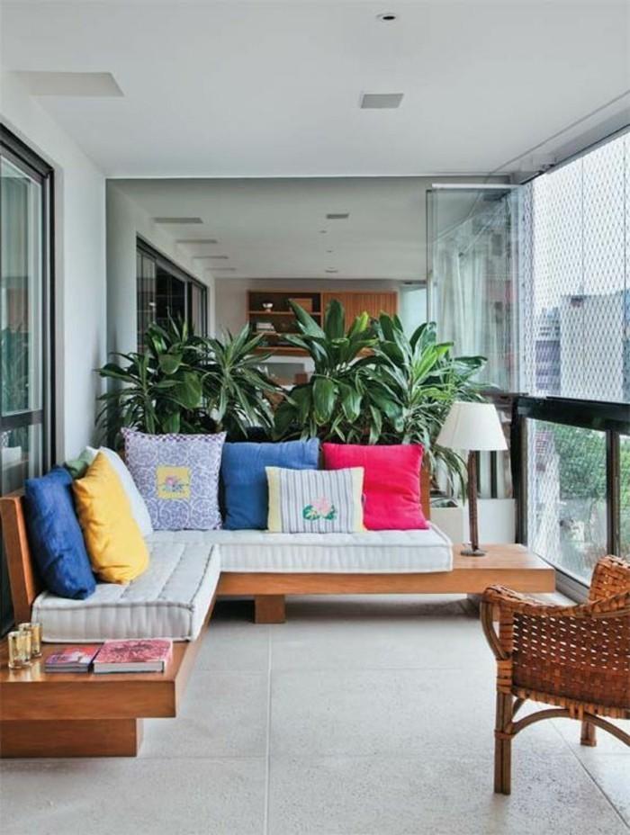balkon-deko-grüne-pflanzen-sessel-sofa-dekokissen-fliesen-bücher-lampe