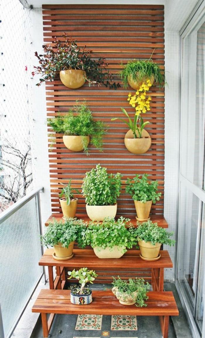 balkon-deko-holz-viele-blumentöpfe-grüne-pflanzen-blumen