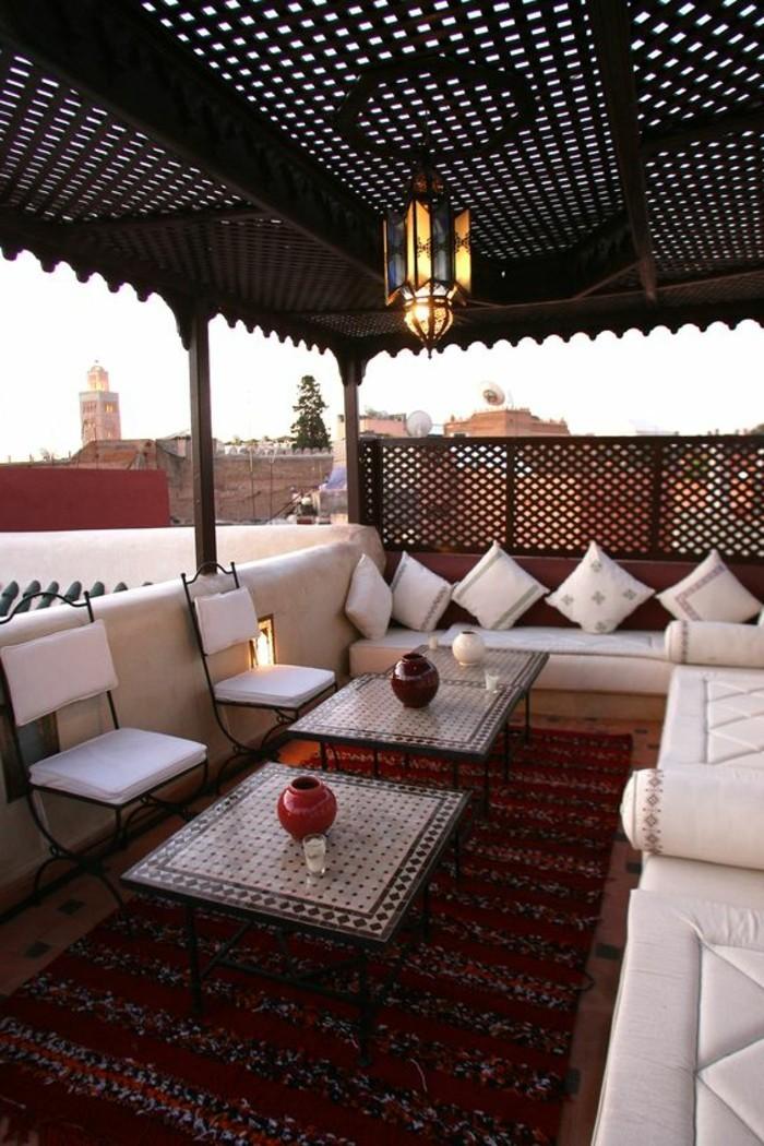 balkon-deko-lampe-stühle-tiasche-vasen-kissen-sofas-teppich-dachterrasse