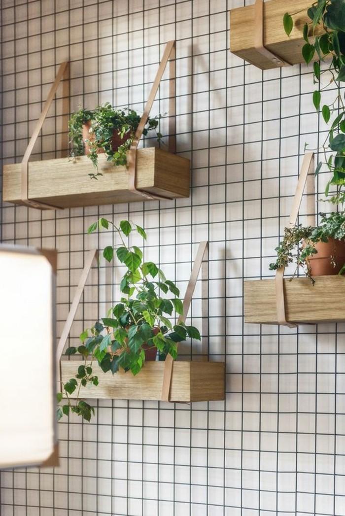 balkon-deko-wandgestaltung-wanddeko-hölzerne-regale-blumentöpfe-pflanzen