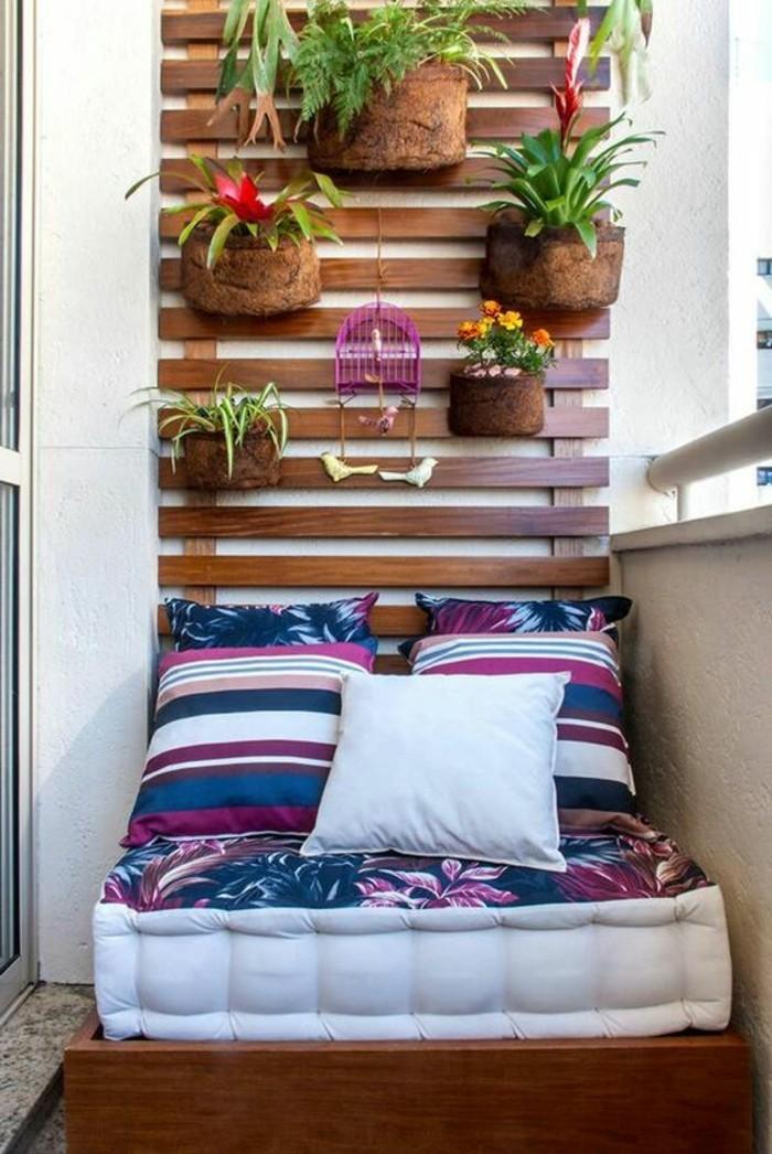balkon-ideen-kleiner-sofa-kissen-blumen-pflanzen-wanddeko-blumentöpfe
