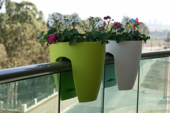 balkon-verschönern-blumentöpfe-grün-weiß-blumen-balkondeko