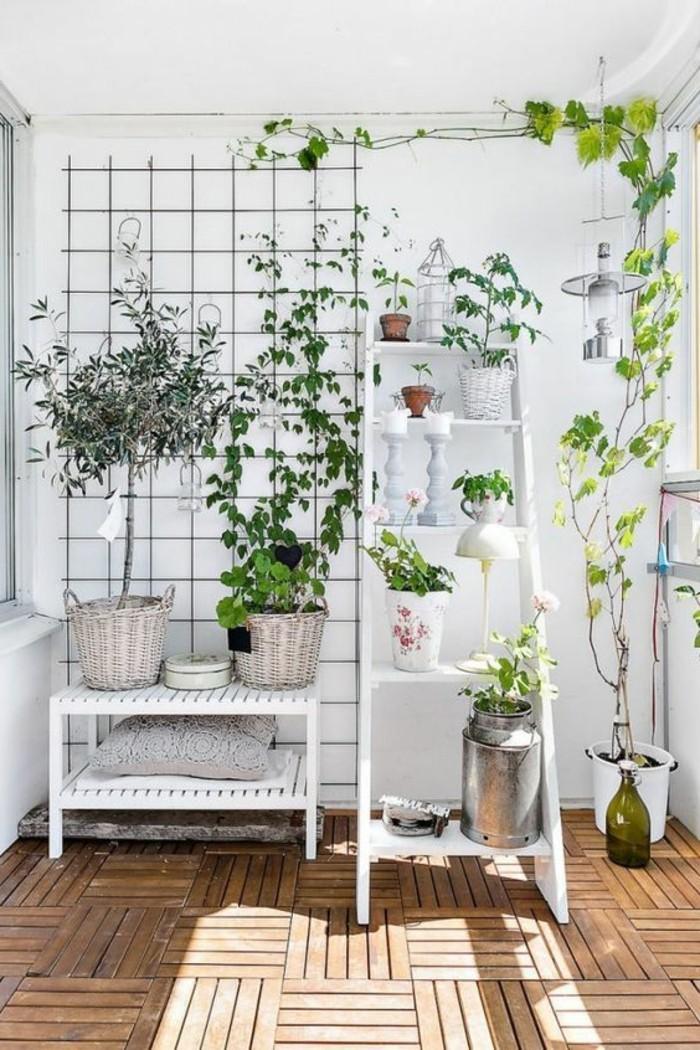 balkon-verschönern-geflochtene-körbe-weißer-leiter-boden-aus-holz-holzfliesen-pflanzen