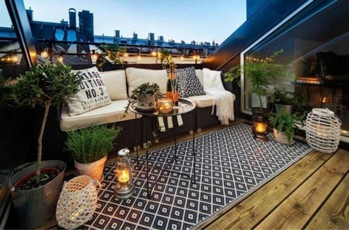 balkon-verschönern-teppich-kerzen-weinlichter-kleiner-baum-pflanzen-sofa-tisch
