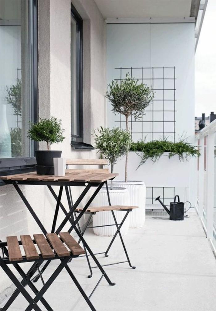balkon-verschönern-tisch-stühle-weiße-blumentöpfe-bäume-grüne-pflanzen