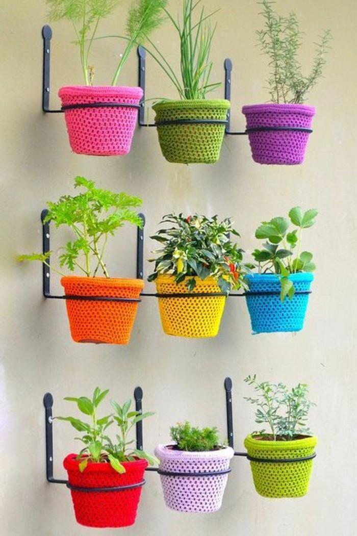 balkon-verschönern-wanddeko-viele-blumentöpfe-in-bunten-farben-pflanzen-kräuter