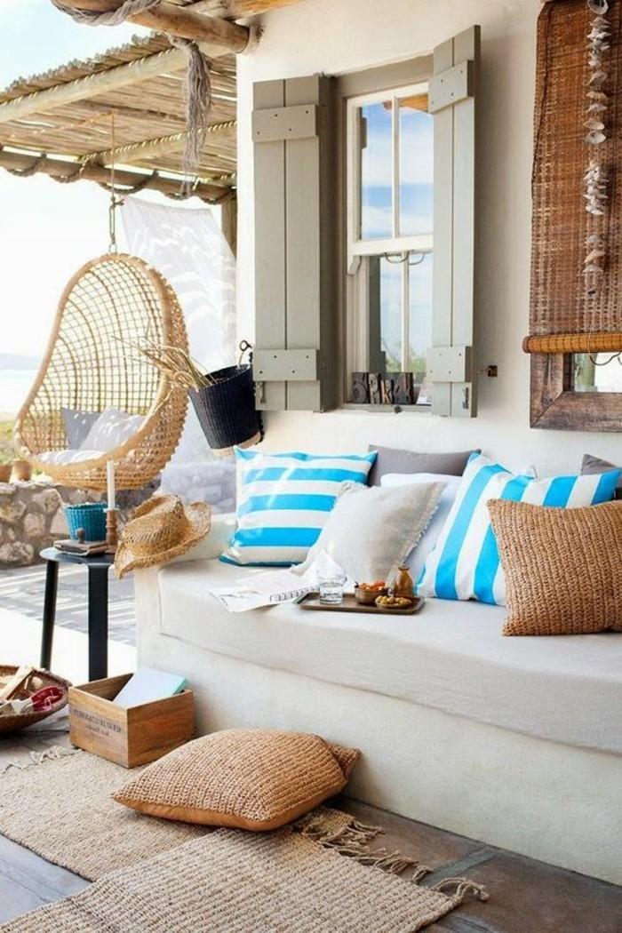 balkon-verschönern-weißer-sofa-kissen-fenster-matte-tisch-hut-muschel
