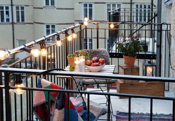balkondekoration-lampen-licht-äpfel-kerzen-tisch-stühle-weindlicht-pflanze