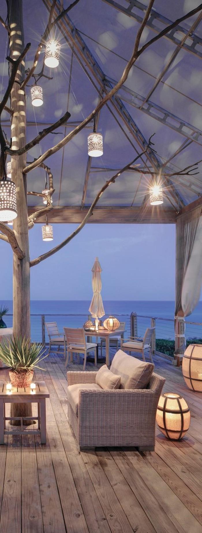 balkongestaltung-bden-aus-holz-lampen-aus-konservendosen-sessel-meer-tisch-stühle