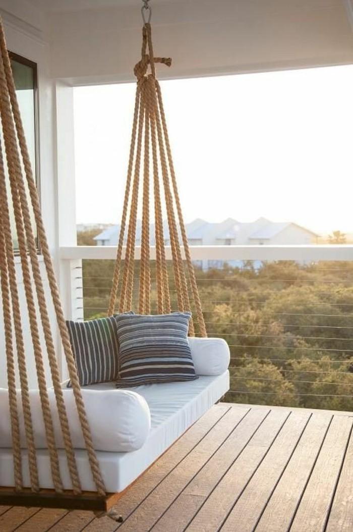 balkonideen-boden-aus-holz-weißer-sofa-seile-graue-dekokissen-licht