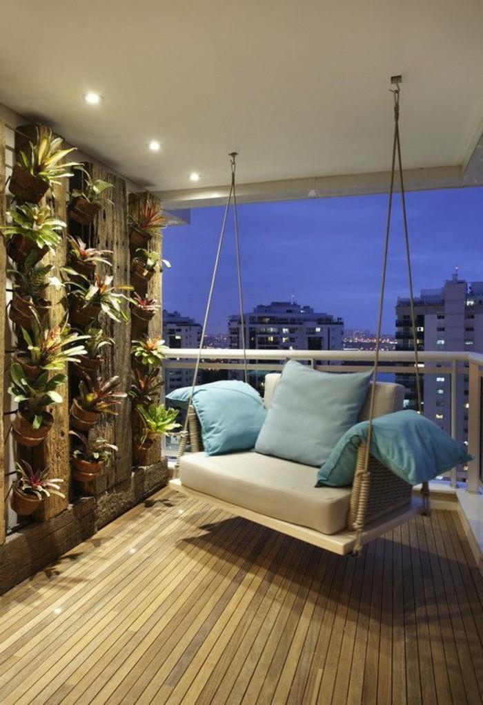 balkonideen-sessel-bleue-dekokissen-boden-aus-holz-wanddeko-blumentöpfe-pflanzen