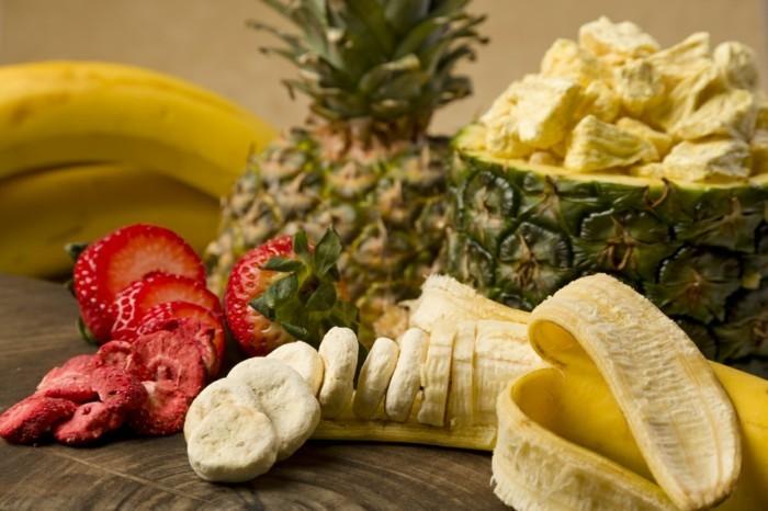 bananen-erdbeeren-und-ananas