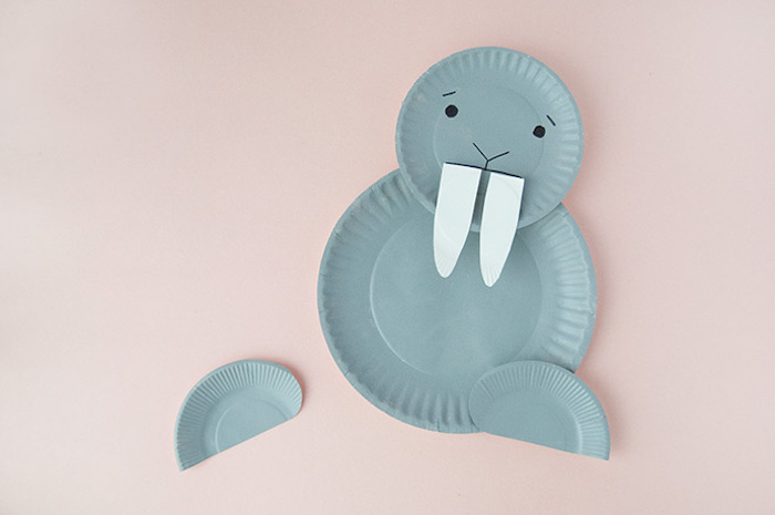 Walross basteln mit Pappteller, Gesicht mit schwarzem Filzstift malen, Zähne aus Karton schneiden