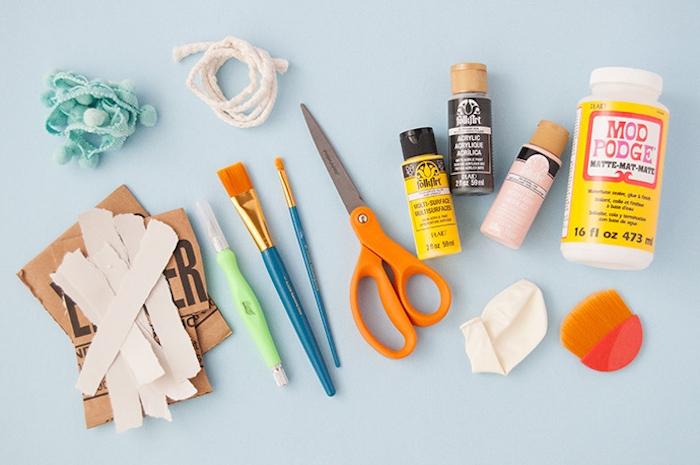 Pinata basteln Kindergeburtstag, Materialien dazu, Ballon und Papier, Farben und Kleber, Pinsel und Schere