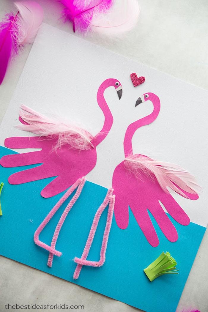 Basteln mit Kindern im Sommer, Handabdruck Flamingos mit Federn und Beinen aus Pfeifenreiniger