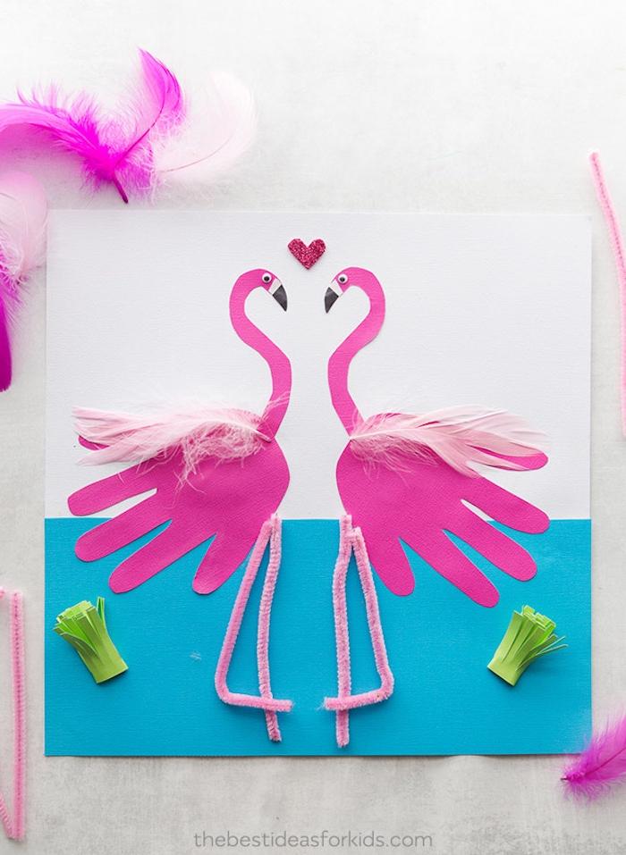 Sommer Basteln mit Kinder, rosa Handabdruck Flamingos mit Federn