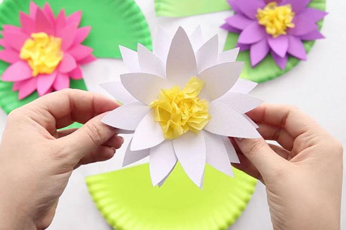 Bunte Wasserlilien basteln aus Karton und Krepppapier, Blumen basteln mit Kindern