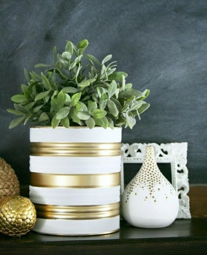 basteln-mit-konservendosen-blumentopf-in-weiss-und-gold-blume-vase-bilderrahmen-dekorationen