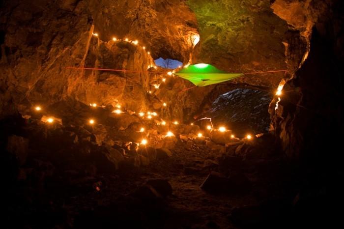 baumzelt-und-lichte-in-der-höhle