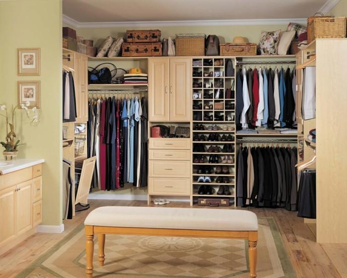 begehbarer-kleiderschrank-regale-fuer-schuhe-kleider-zubehoer-hocker-sofa-dekorationen-ankleidezimmer